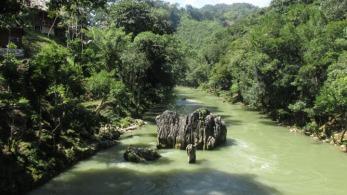 El río Cahabón, hay un puente de Indiana Jones para cruzarlo. Foto: M.L.